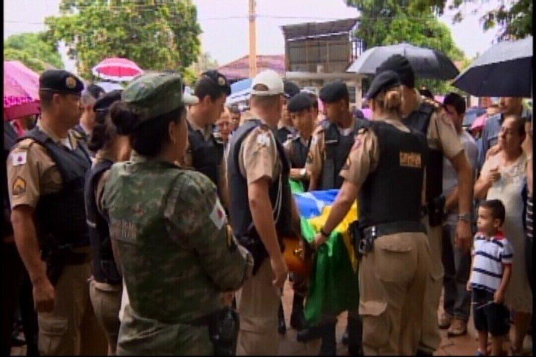 Polícia presta homenagens durante enterro de militar morto em ataque a banco em Pompéu