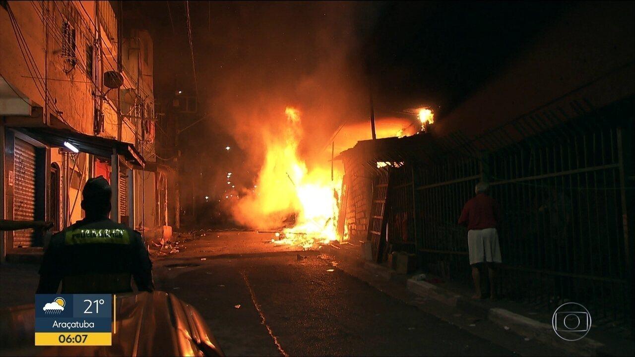 Incêndio embaixo de viaduto atinge barracos em Heliópolis