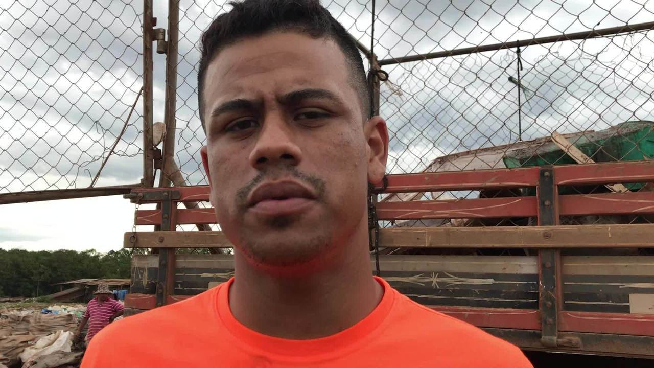 Henrique Pereira, 25, atua no lixão à frente de uma empresa 'atravessadora'