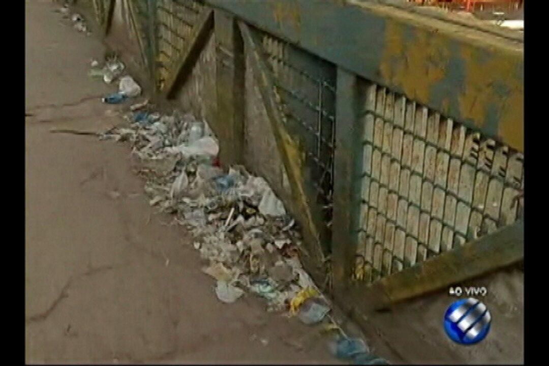 População denuncia passarela na BR-316 esta tomada pelo lixo
