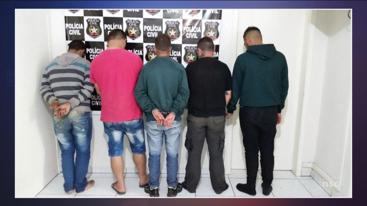 Operação policial prende quatro pessoas por tráfico de drogas
