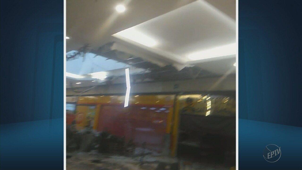 Forte chuva deixa estragos e faz parte do forro do teto desabar em shopping