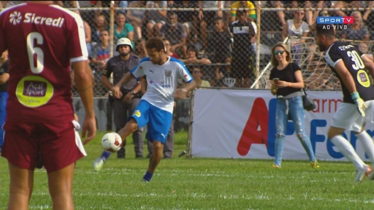 Neymar dá uma aula de genialidade e faz um golaço de cobertura