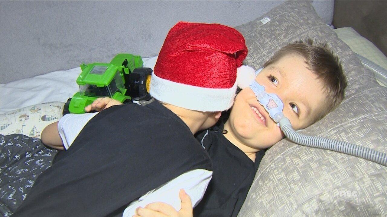 Recuperado do câncer, João Victor leva mensagem de apoio a menino com doença rara