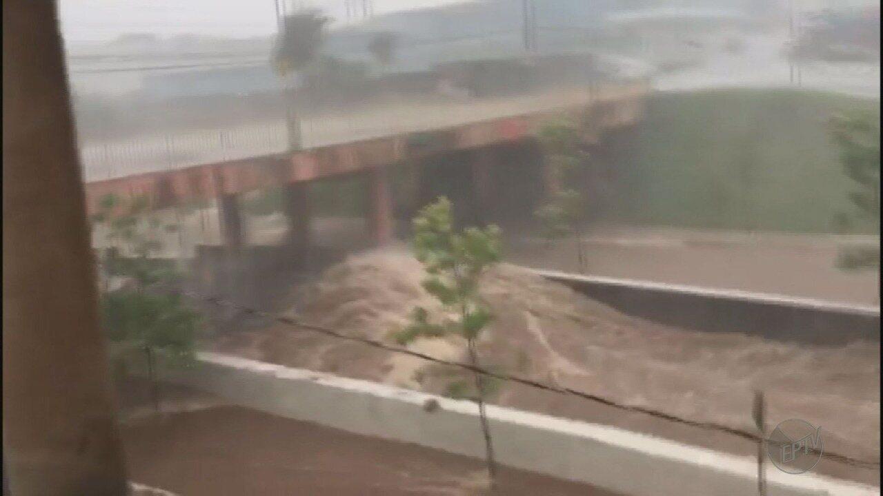 Córregos transbordam e deixam motoristas ilhados em avenidas durante temporal em Franca
