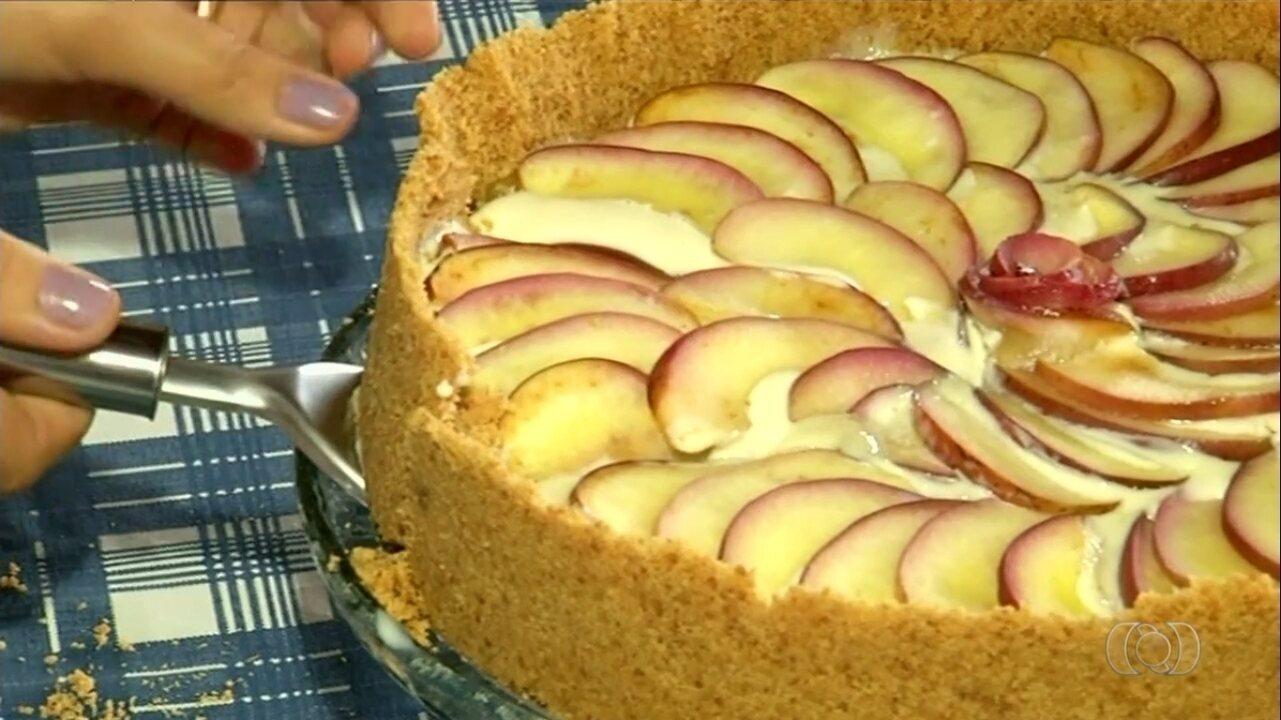 Instrutora de Silvânia mostra como fazer receita de torta de maçã com canela