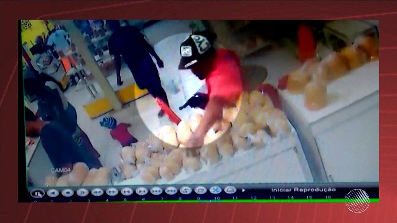 Câmera de segurança flagra momento de assalto em padaria na cidade de Feira de Santana