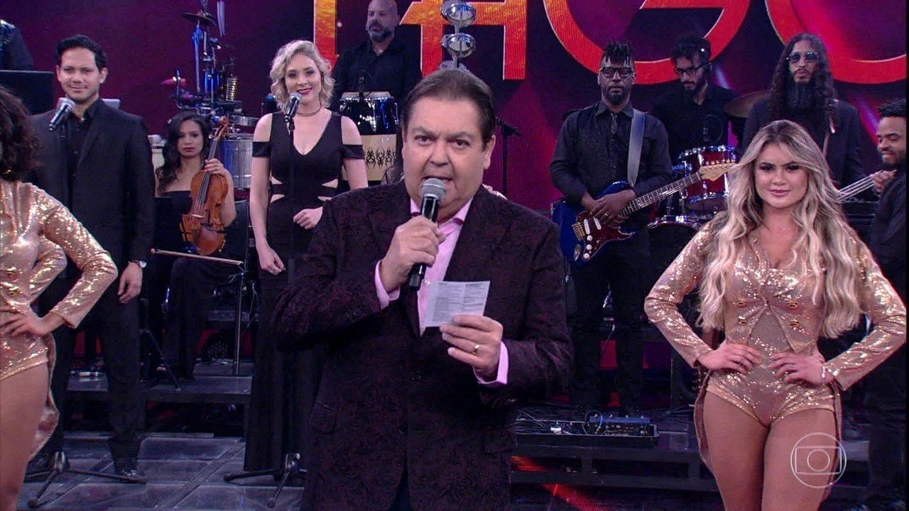 Faustão chama Caetano Veloso ao palco para receber o Troféu Mário Lago