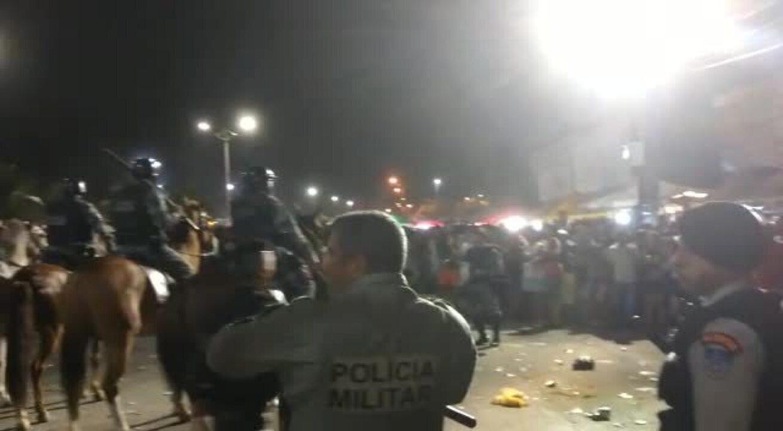 Para tentar forçar a entrada no Maceió Verão, algumas pessoas jogaram latas e garrafas de cerveja na polícia