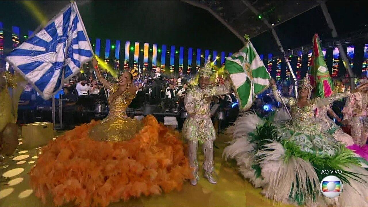 Escolas de samba e orquestra sinfônica se apresentam em Copacabana