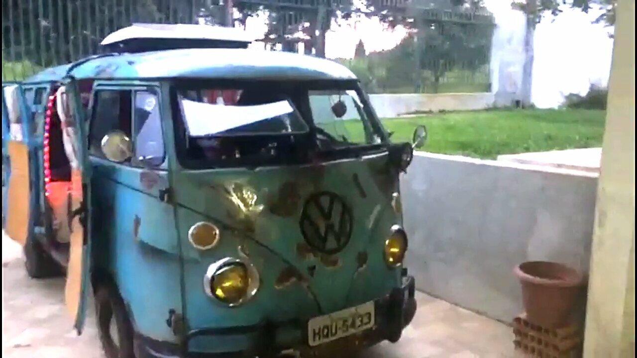 Roger Reggiani mostra como a Kombi foi modificada internamente para a viagem.