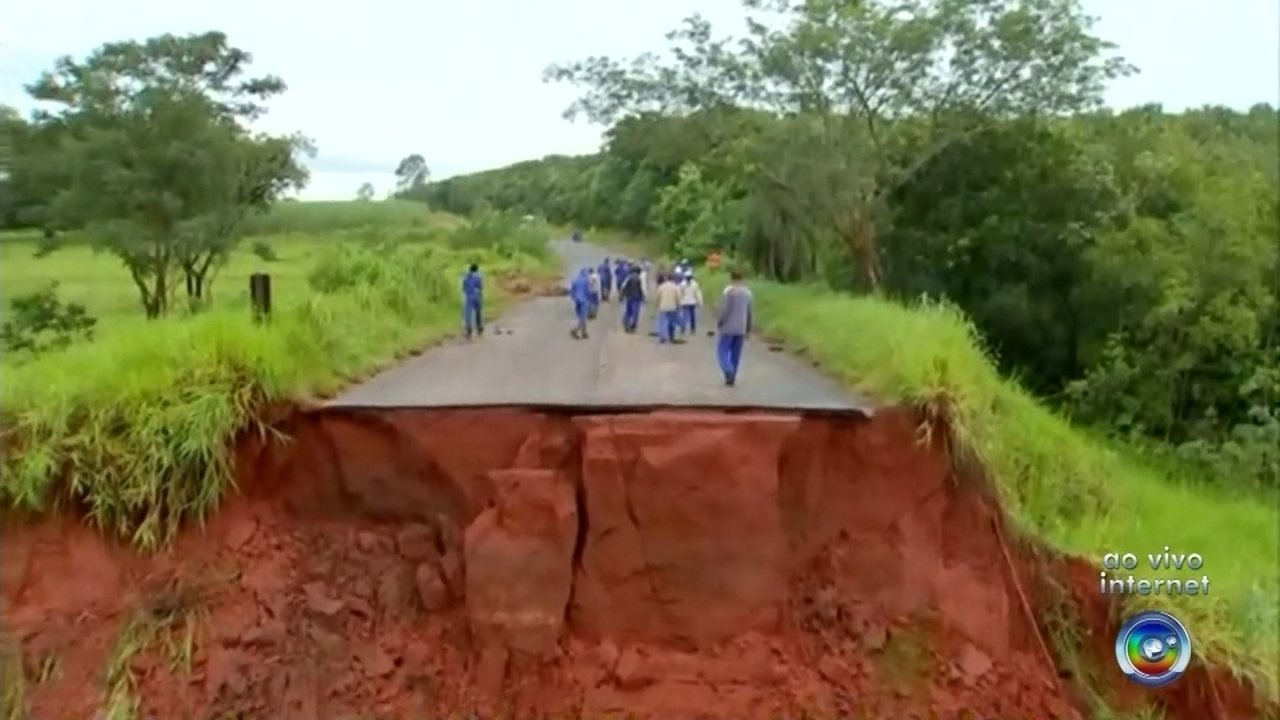 Chuva forte arrasta tubulação para canalizar córrego em Tanabi