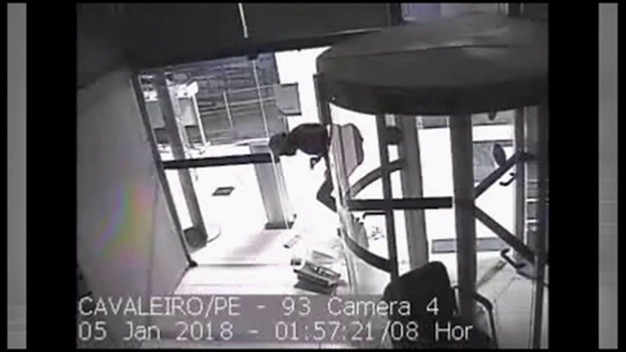 Vídeo mostra homem entrando em agência da Caixa Econômica pelo guarda objetos