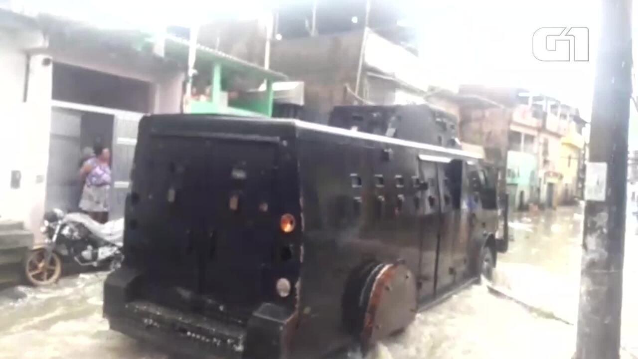 Blindado da PM realiza operação por ruas inundadas de Acari