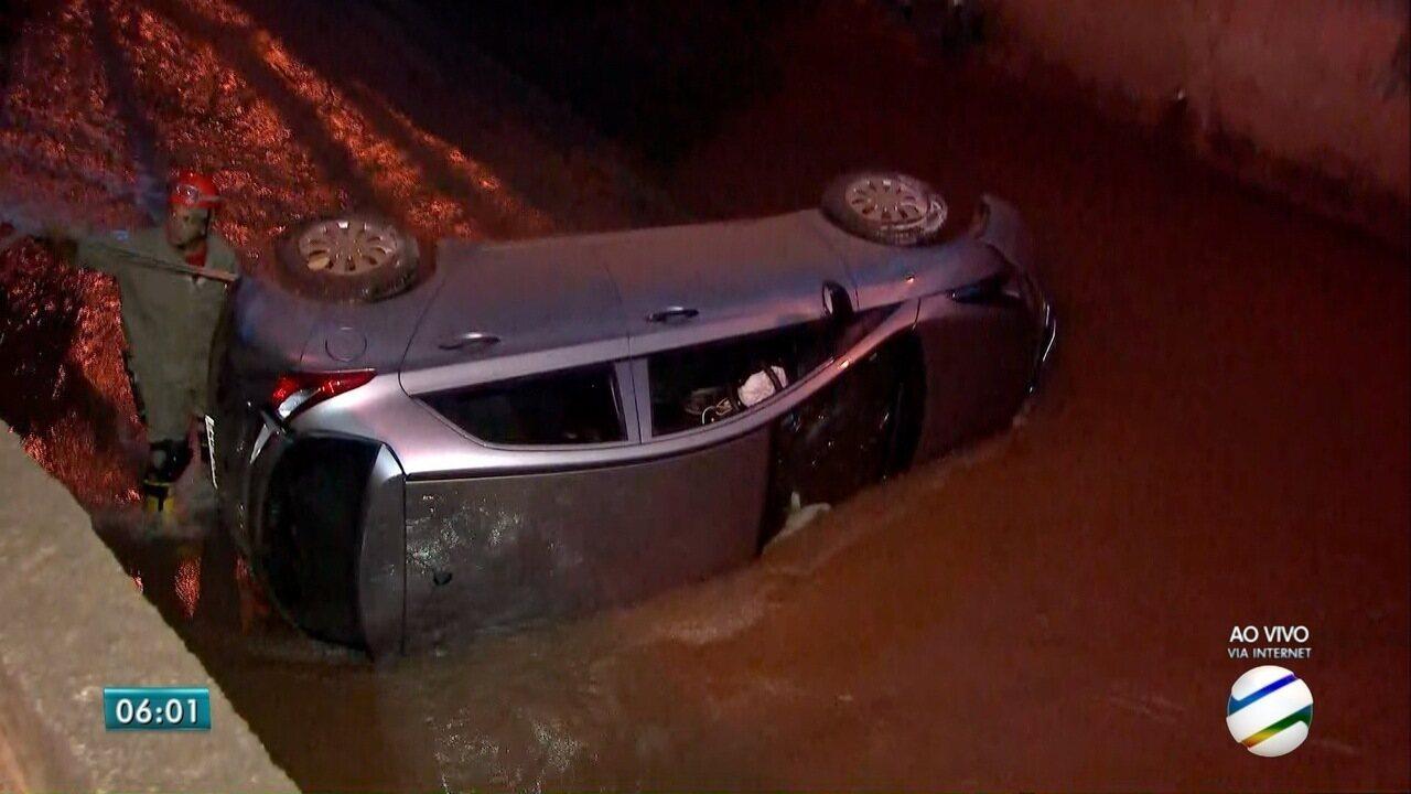 Carro cai em córrego de Campo Grande e passageiro fica ferido
