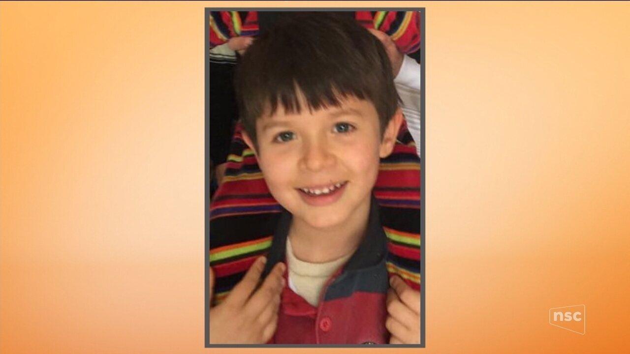 Menino de 7 anos morre em praia de SC após explosão de rojão