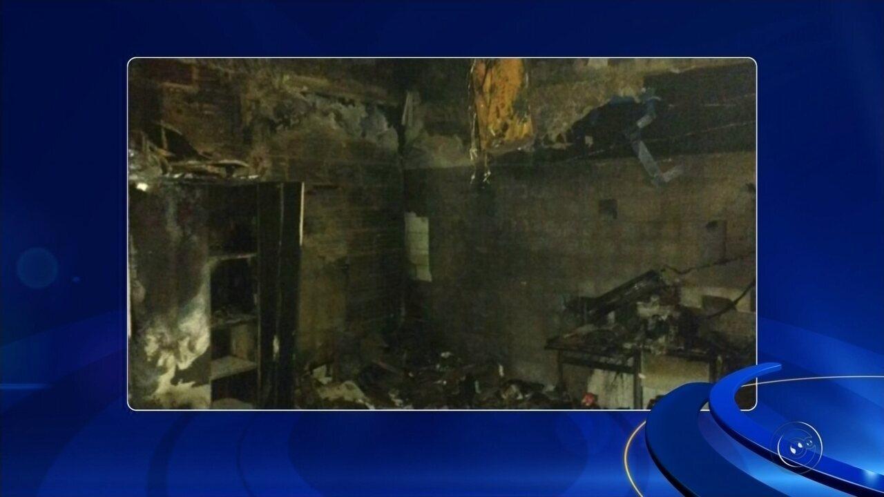 Moradores cedem geladeiras para armazenar vacinas após incêndio em prédio de Secretaria