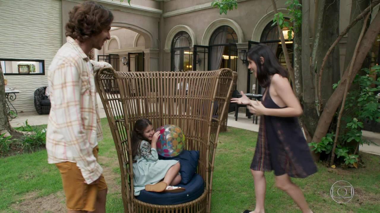 Cena inédita: Bebeth brinca com a irmã Flor