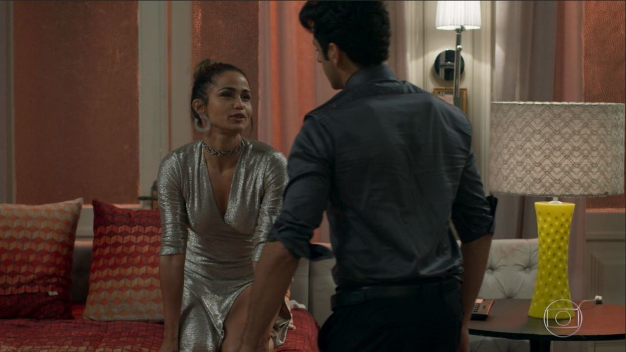 Cena extra: Sandra Helena e Agnaldo namoram escondido em quarto do Carioca Palace