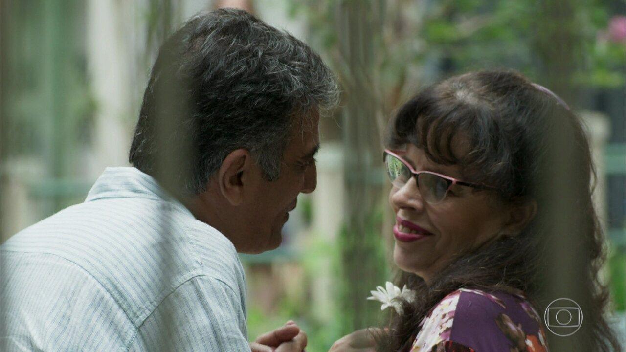 Prazeres engata romance com o marido de Neide