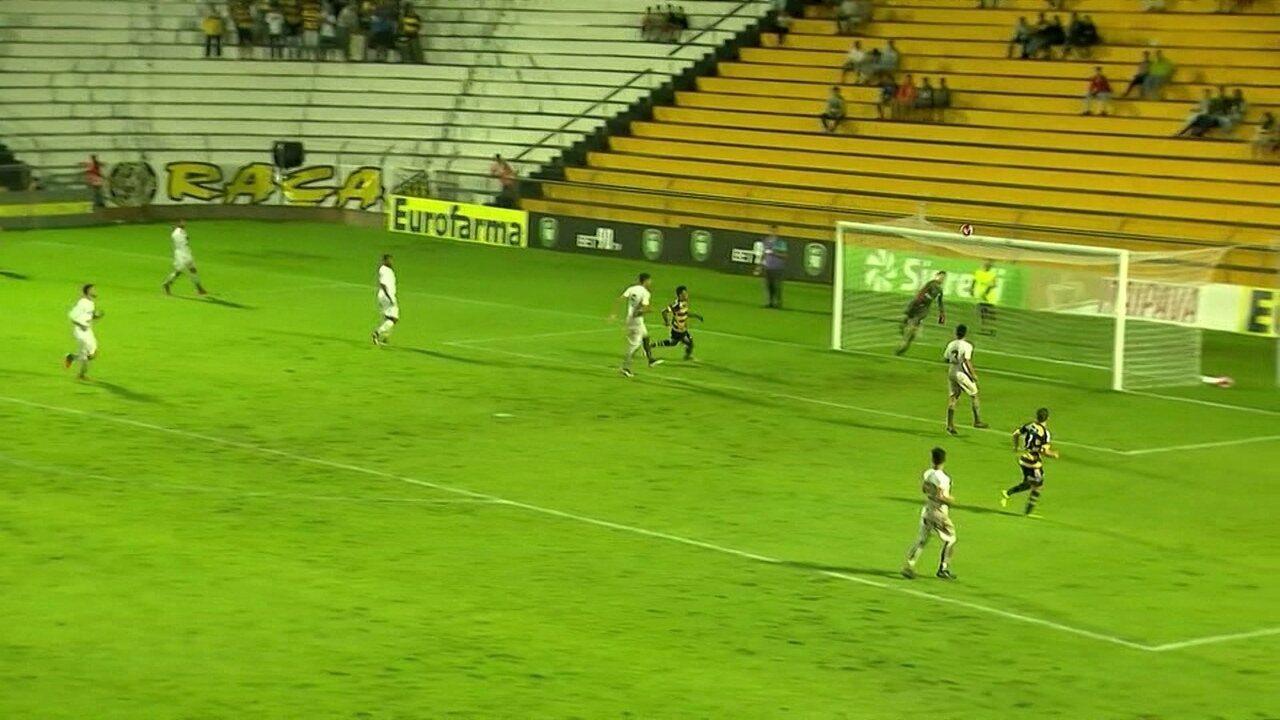 Mingotti cruza, mas a bola quase encobre o goleiro Renan que salva o gol aos 13' do 2º