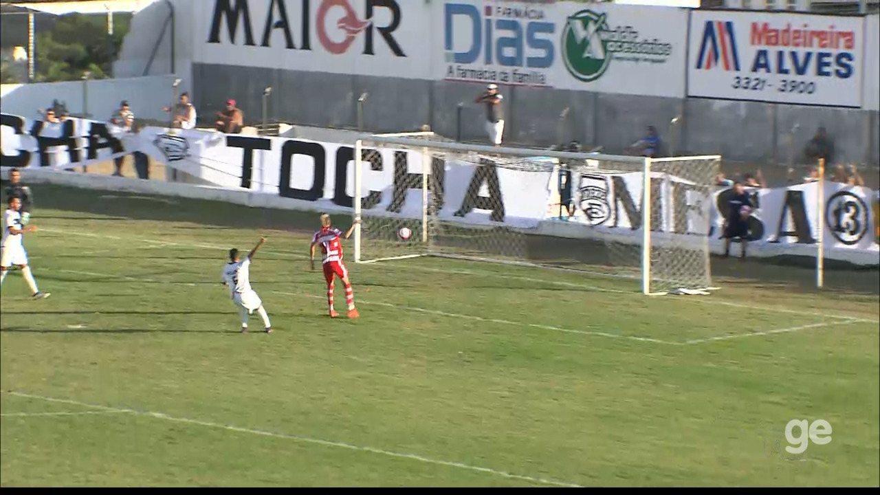 Em um lance aparentemente legal, Biro Biro marca, mas o gol é anulado