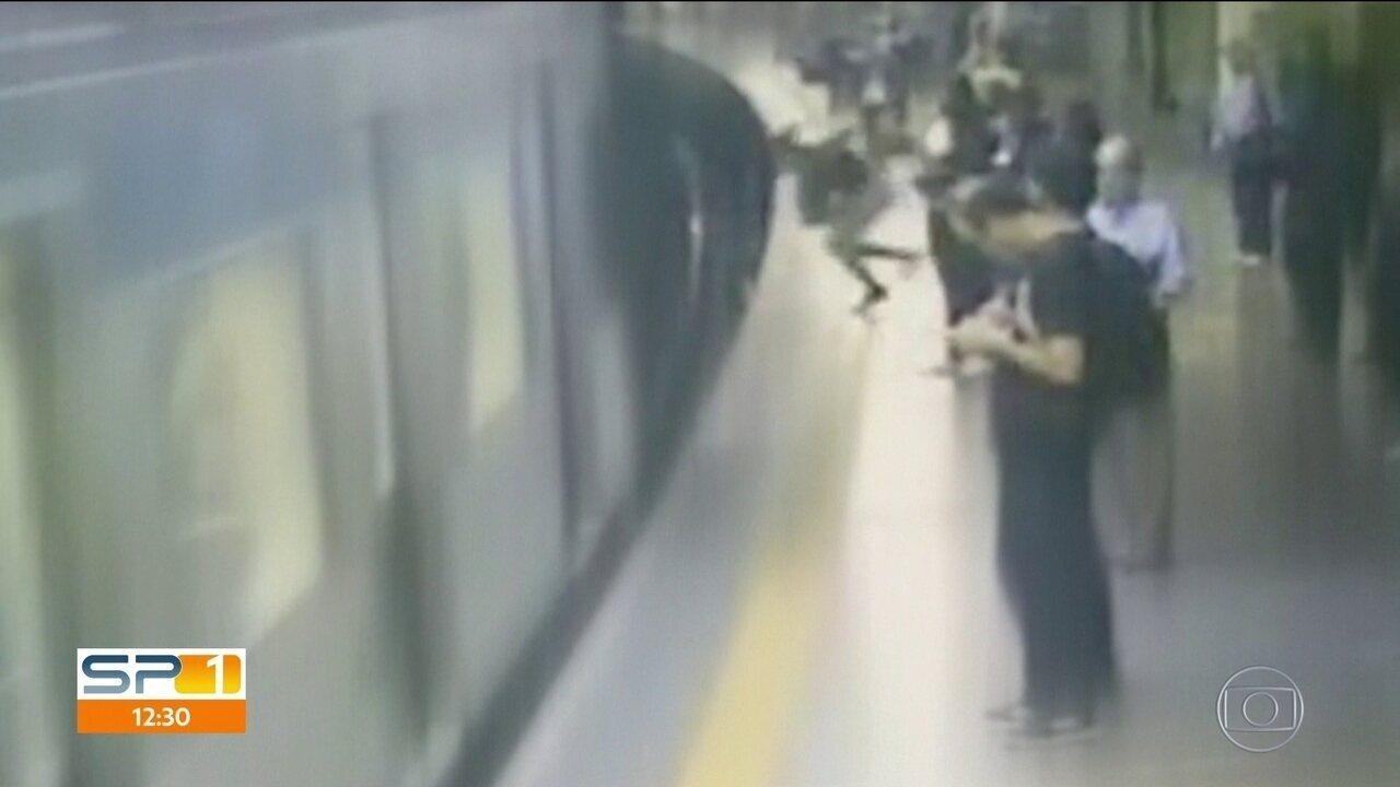 Jovem que foi empurrada nos trilhos do metrô tem alta