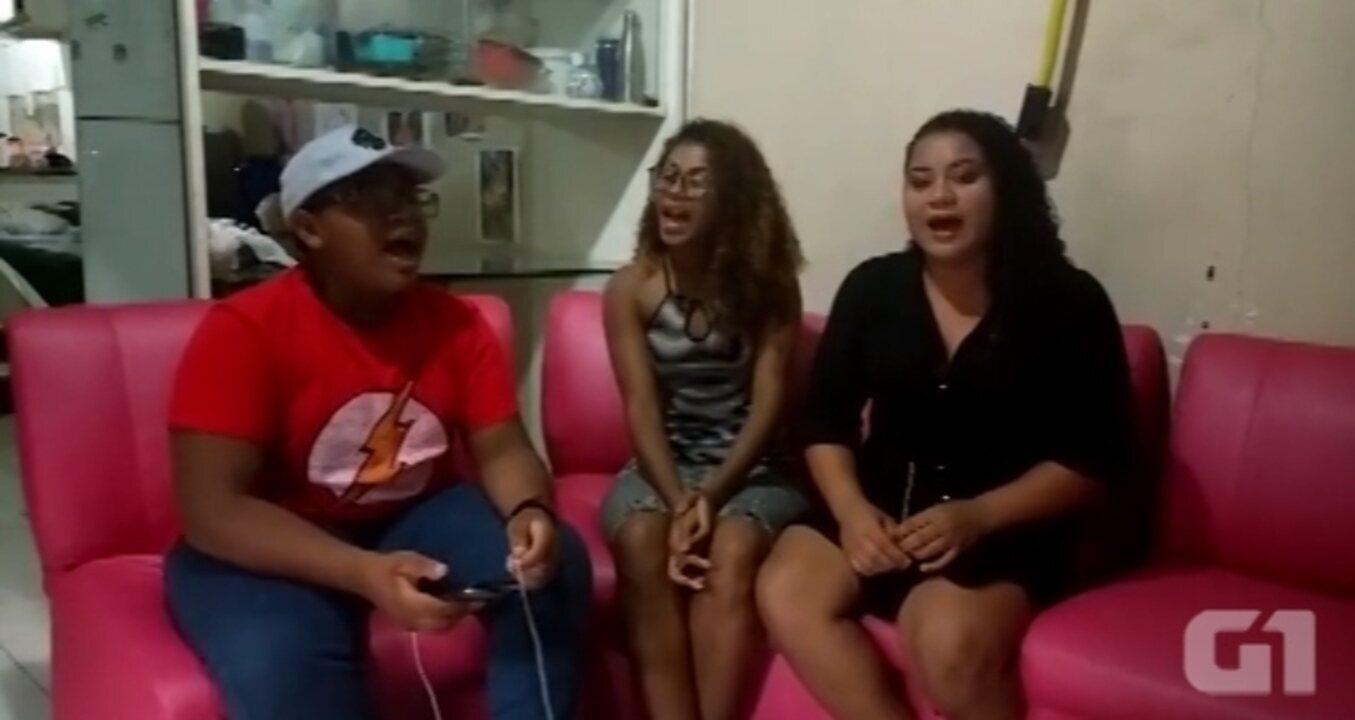 Pedro e as irmãs Valéria e Beatriz cantandona casa onde moram, no Guamá em Belém
