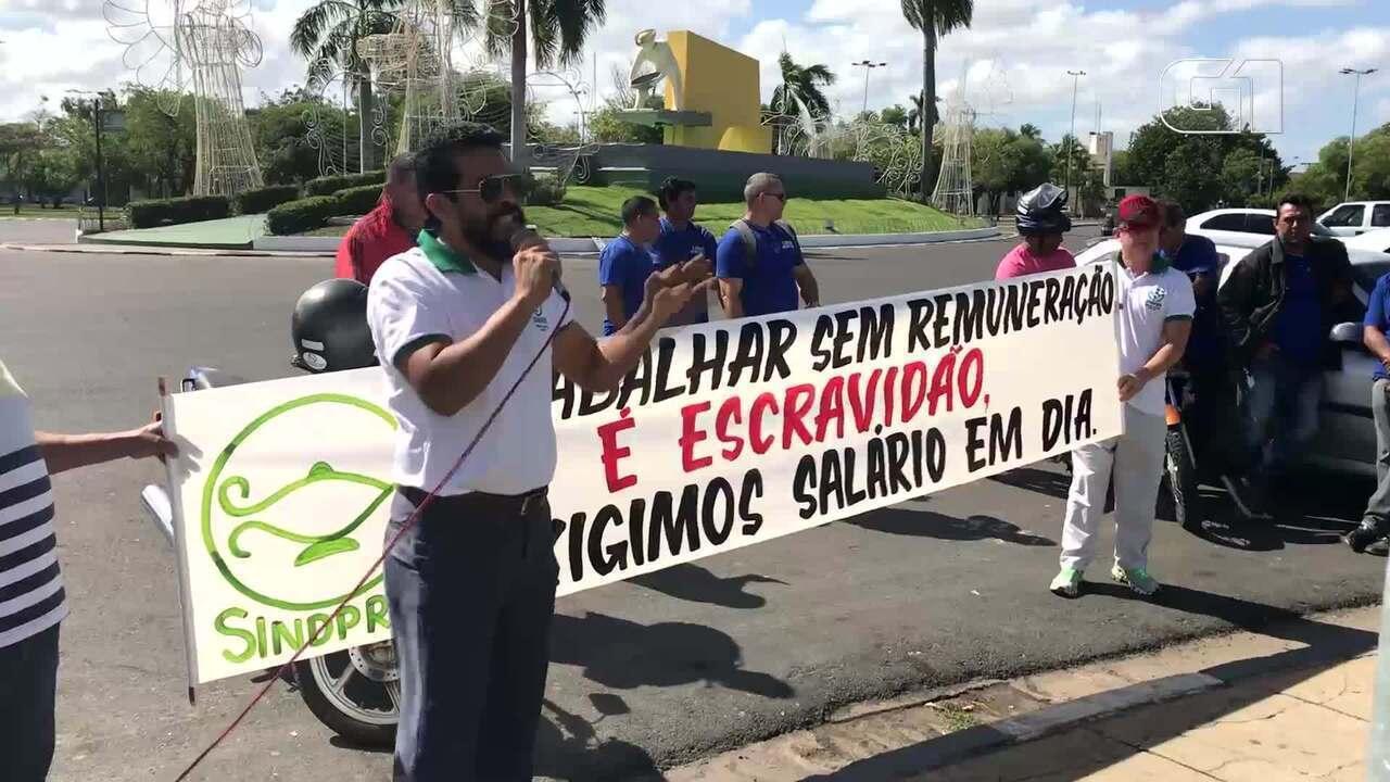 Manifestantes exigem que governo de Roraima pague o salário em dia a servidores