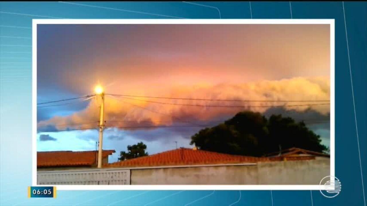 Bueiros entopem e água da chuva invade casas em Teresina