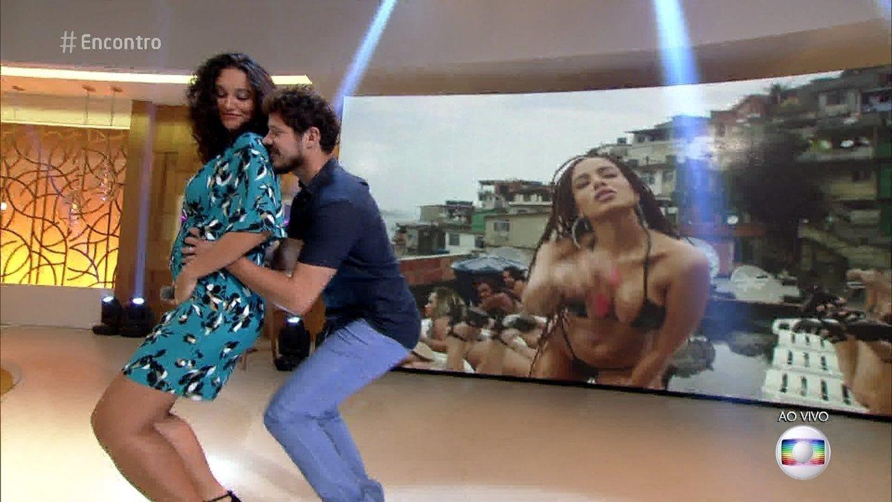 José Loreto aceita desafio do rebolado com Débora Nascimento