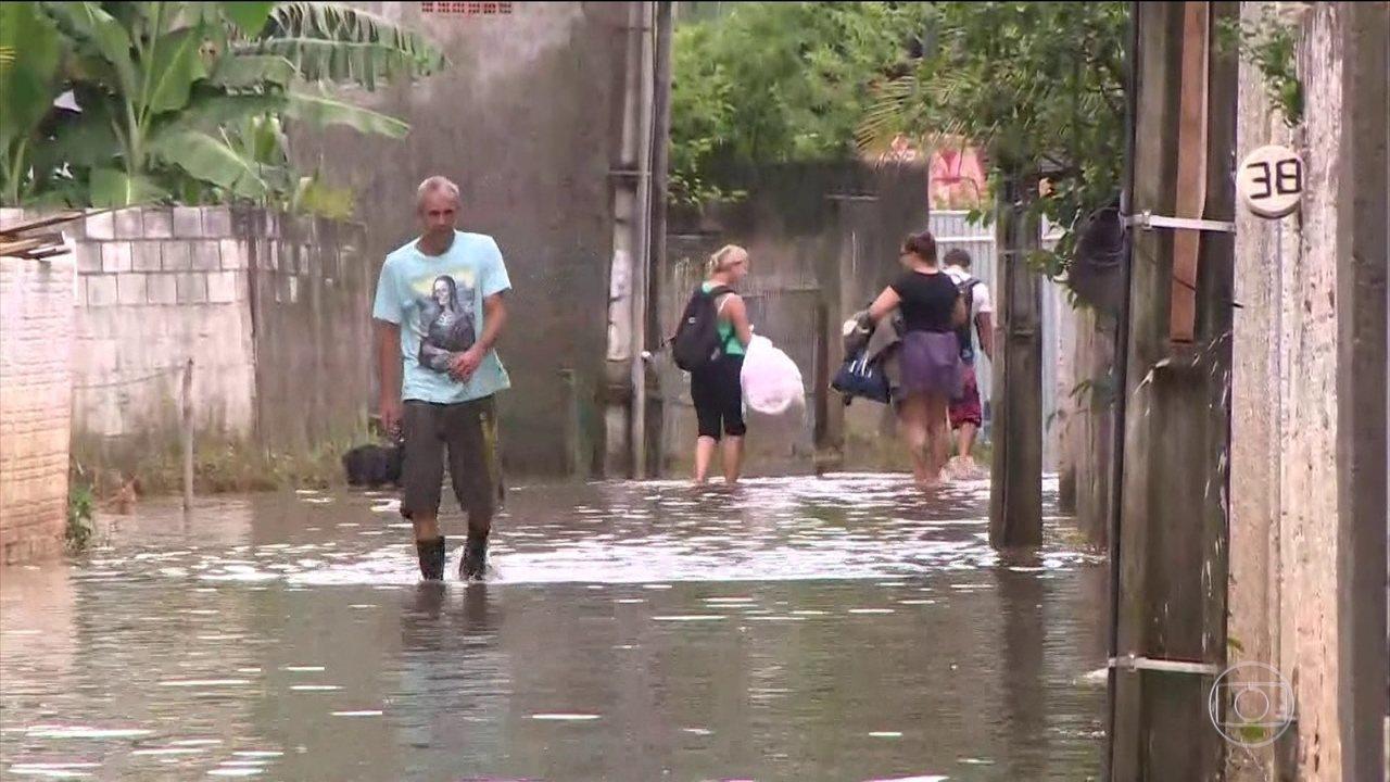 Mais de mil pessoas desalojadas e 155 desabrigados após chuvas em SC