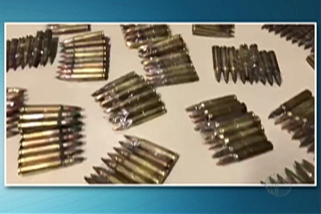 Polícia Federal aprende 1020 munições de fuzil em ônibus na Dutra no trecho de Arujá