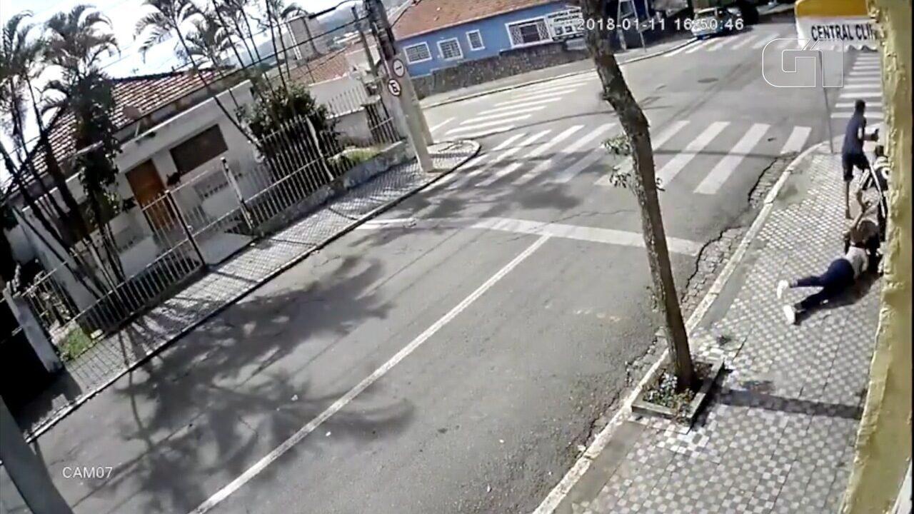 Jovem é derrubada por assaltantes em roubo em São José