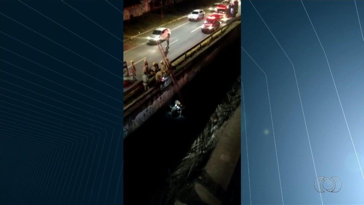 Homem se joga em córrego da Marginal Botafogo para fugir de assaltantes em Goiânia