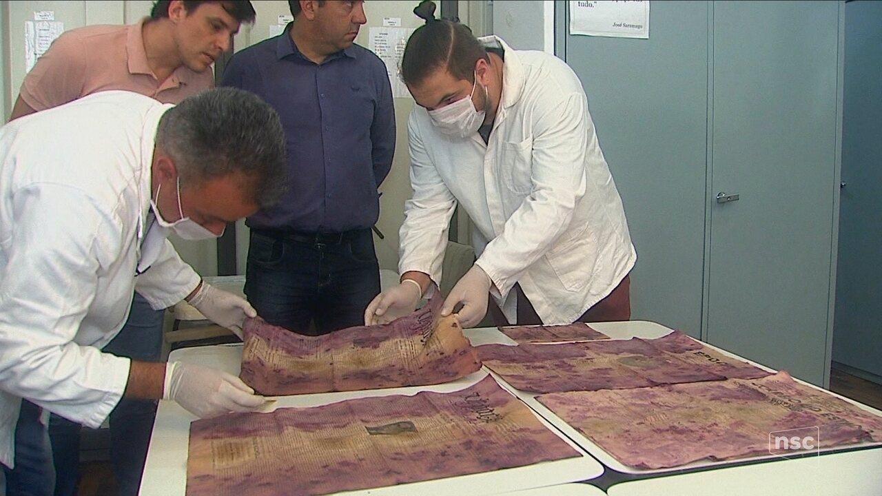 Pesquisadores analisam material de cápsula do tempo descoberta em Lages
