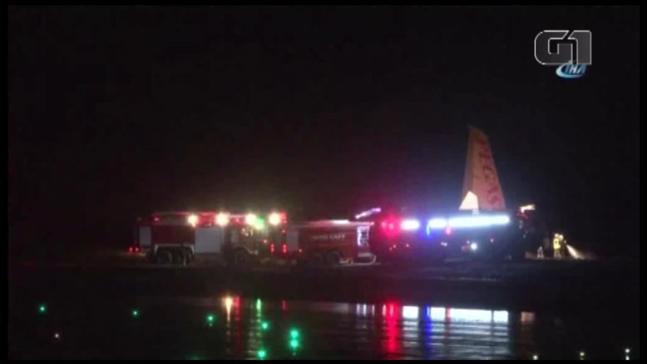 Avião derrapa na aterrissagem e cai em barranco na Turquia