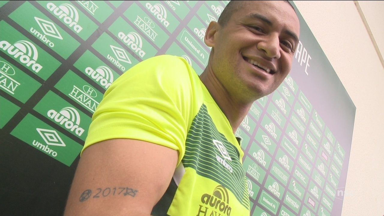 Wellington Paulista faz tatuagem em homenagem a 2017 na Chape