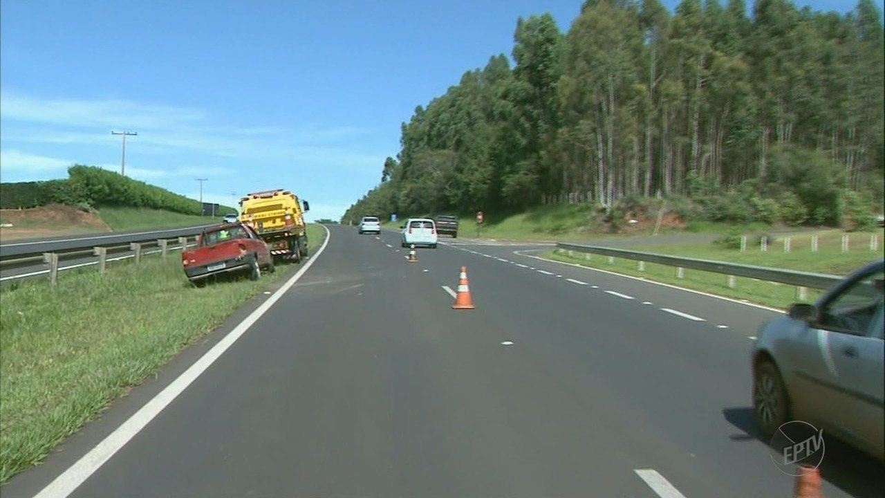 Ladrão capota carro roubado após perseguição em rodovia de Franca, SP