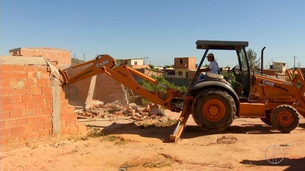 Casas são demolidas em área de preservação ambiental no bairro Lagomar, em Macaé