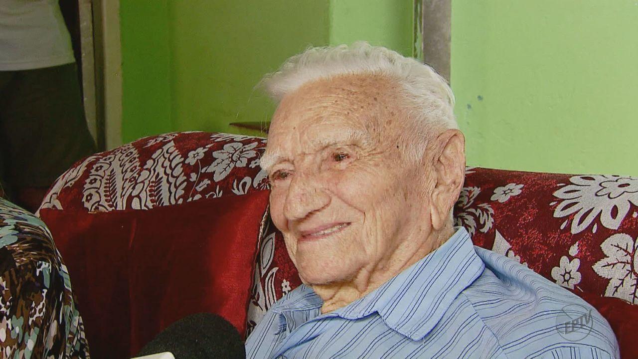 Família se reúne para comemorar aniversário de 100 anos de aposentado em Araraquara