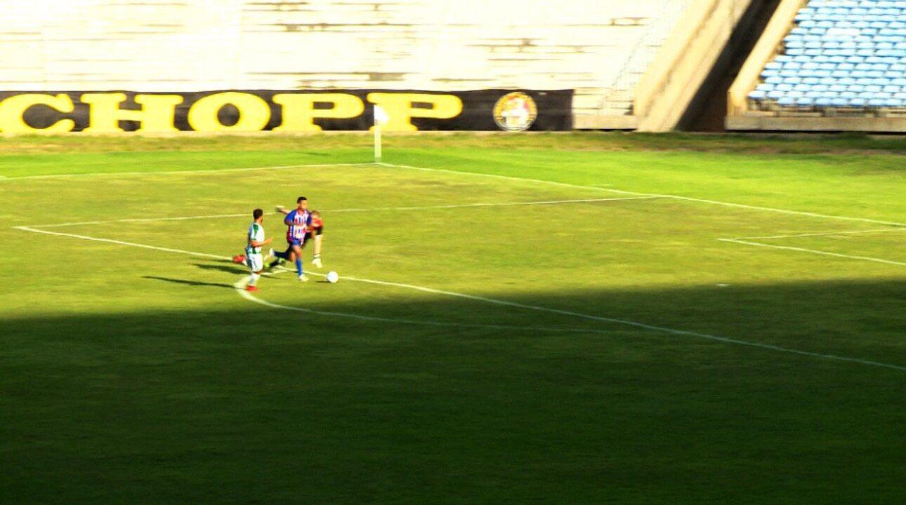 Breno dribla o goleiro, mas perde gol no confronto do Piauí x Altos