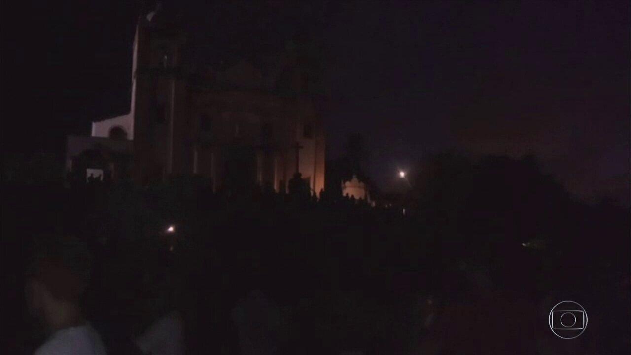 Blocos desfilam no escuro nas prévias carnavalescas durante apagão em Olinda