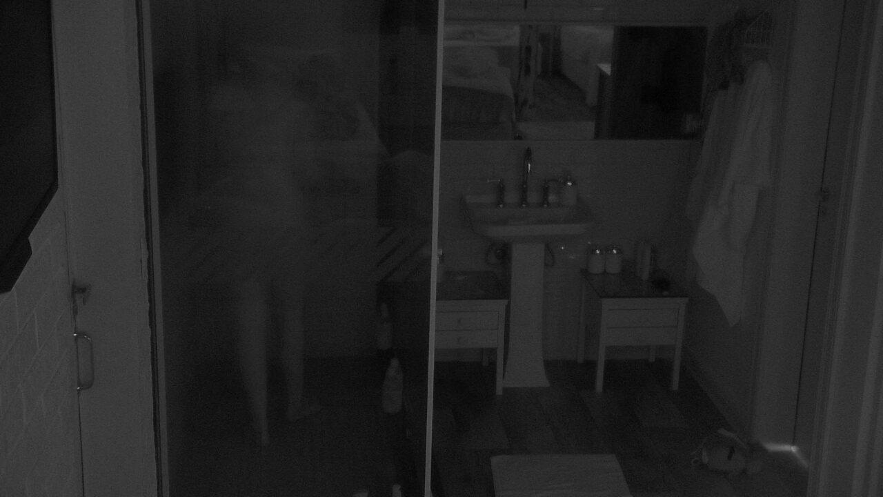 Ana Clara toma banho no escuro