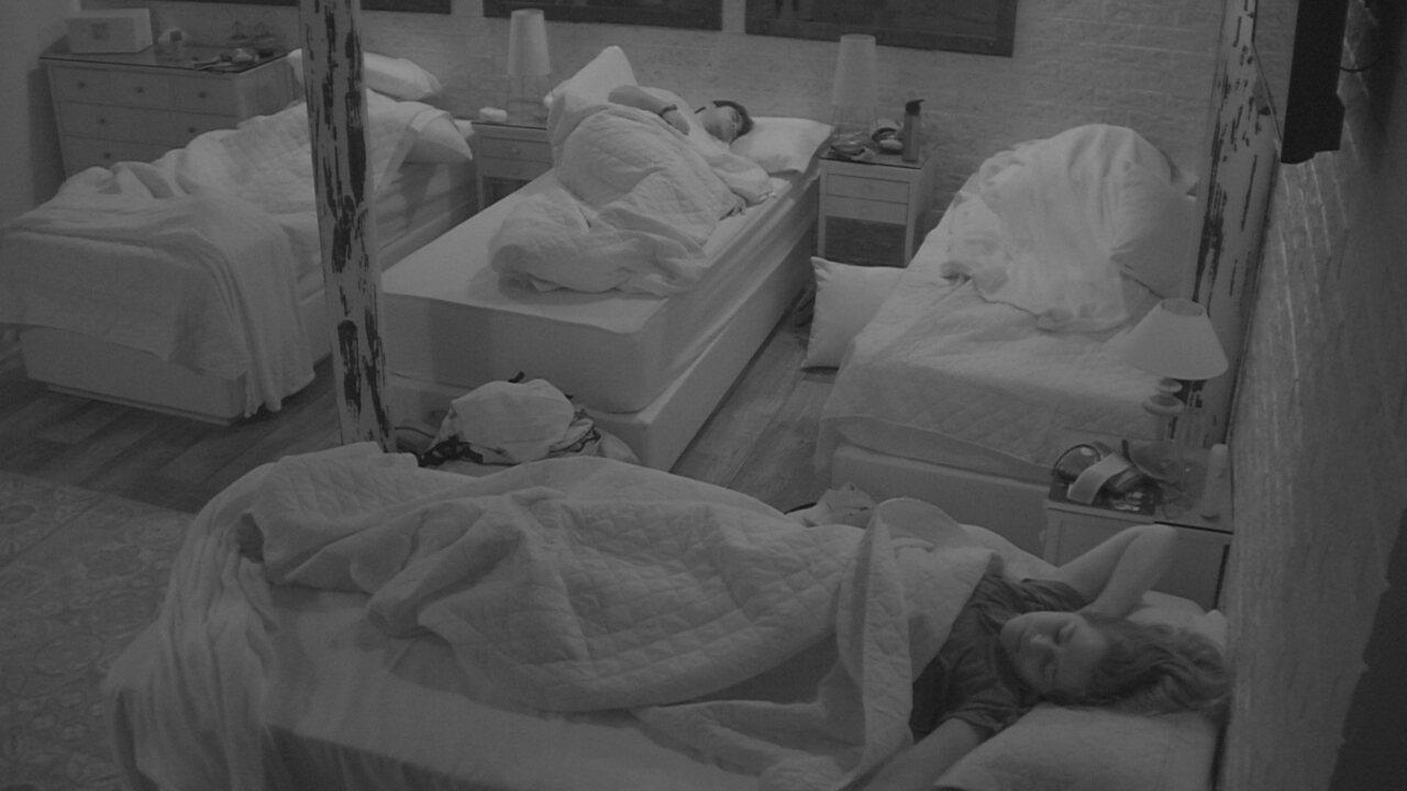 Eva abre os olhos e volta a dormir