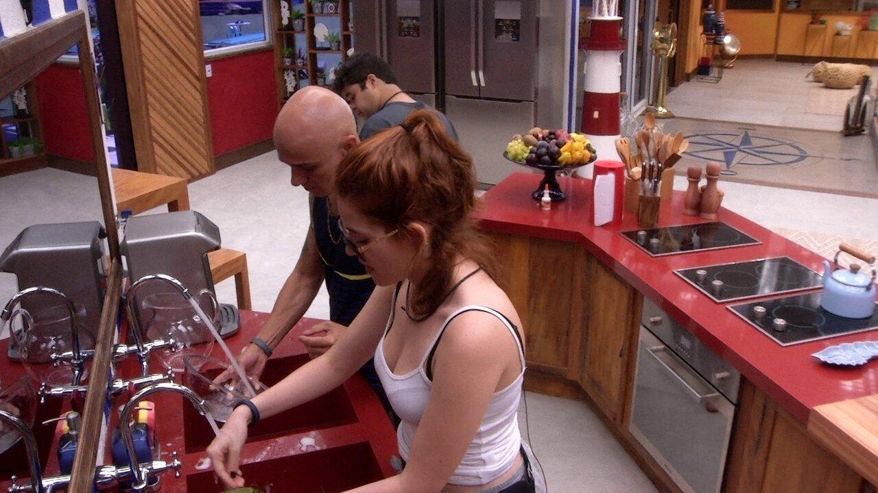 Ana Clara e Ayrton lavam a louça após o café da manhã da família Lima