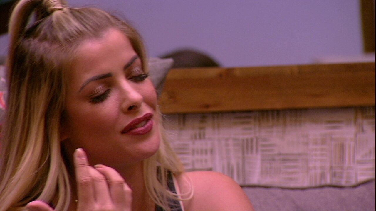 Jaqueline canta música de Marília Mendonça e é aplaudida por brothers