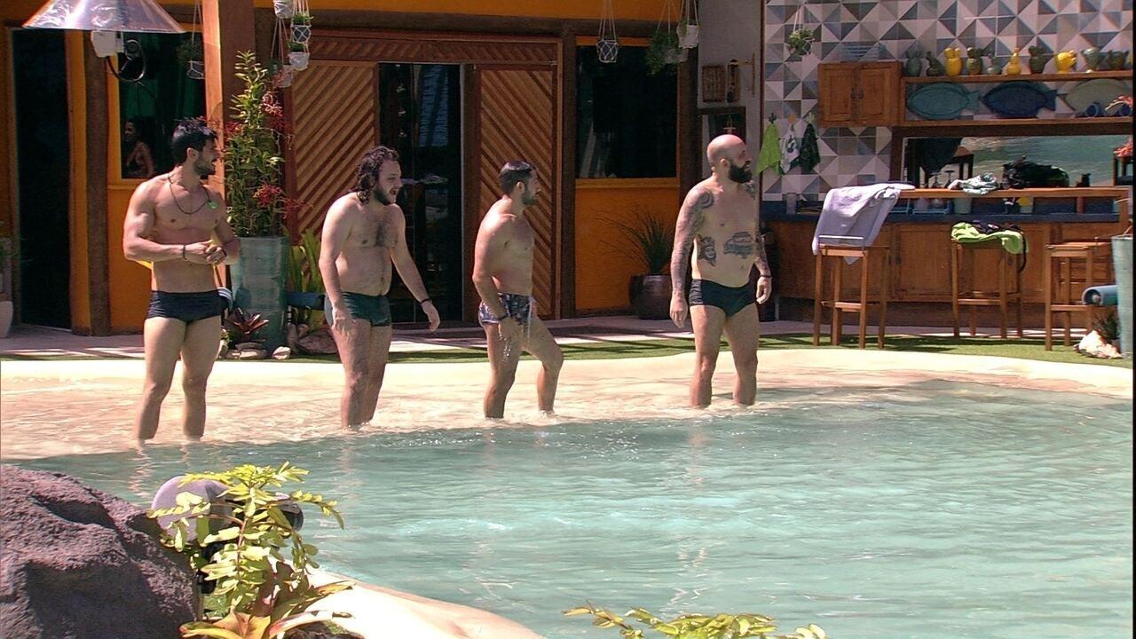 Lucas, Diego, Kaysar e Caruso fazem disputa na piscina