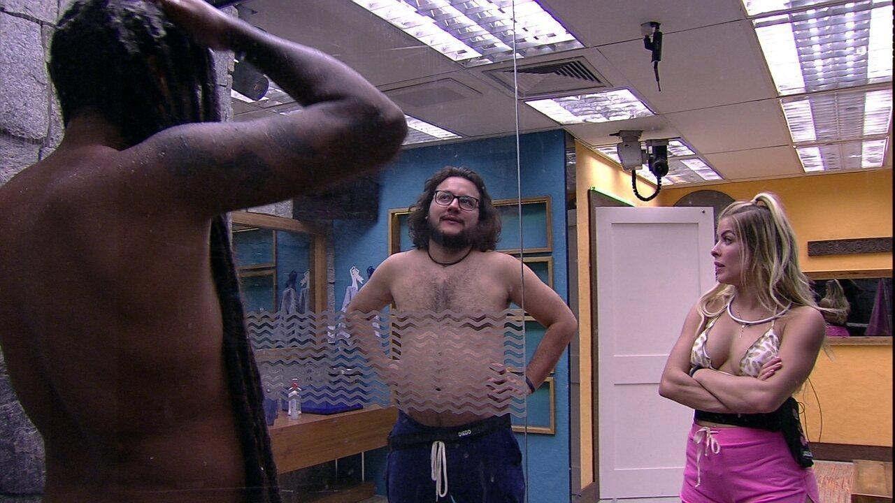 Viegas mostra para Diego e Jaqueline como ele lava seus dreads