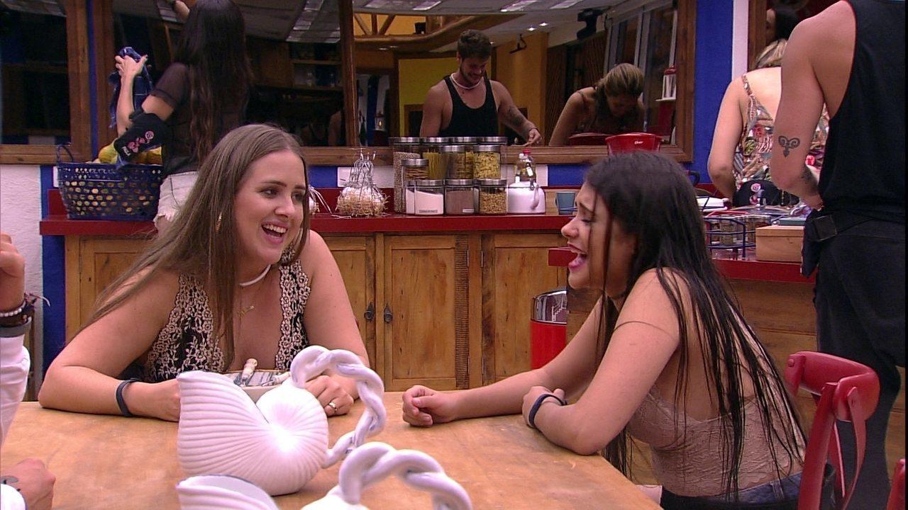 Sisters cantam 'Regime Fechado' de Simone & Simaria na cozinha
